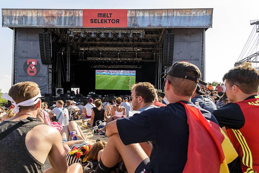 Voetbal kijken tijdens Melt festival in Duitsland in 2018