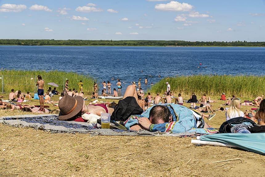 Relaxen aan het Gremmin meer tijdens het Melt festival