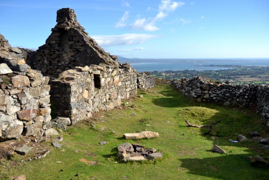 Het Verlaten Dorp hoog in de heuvels boven Carlingford.