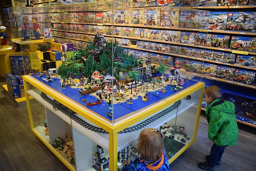 Kinderen in de LEGO winkel in Gouda