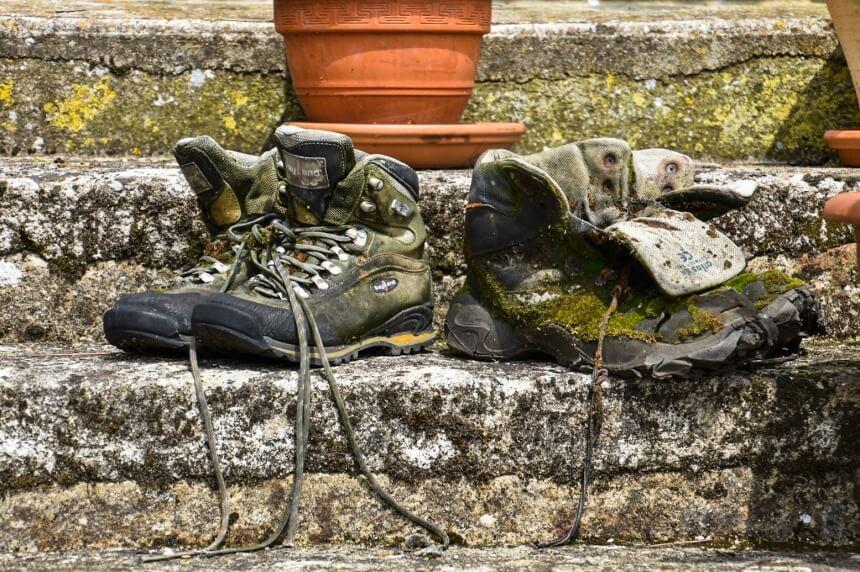 Pelgrimsschoenen bij een refugio bij Vezelay