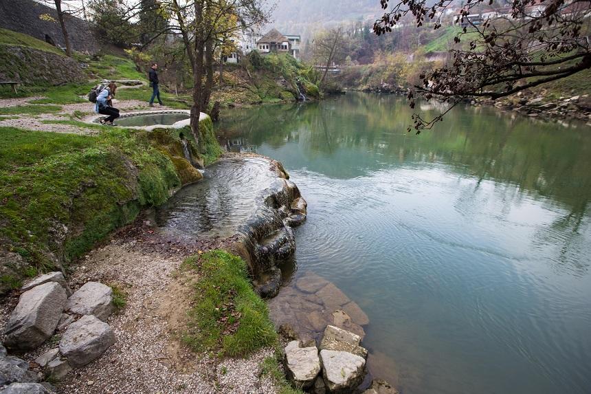 Natuurlijke warmwaterbronnen bij de Vrbas rivier in Banja Luka