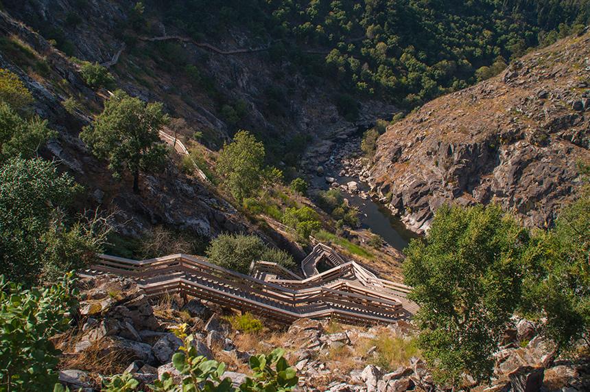 Houten paden en bruggetjes op de Paiva Walkways in geopark Arouca