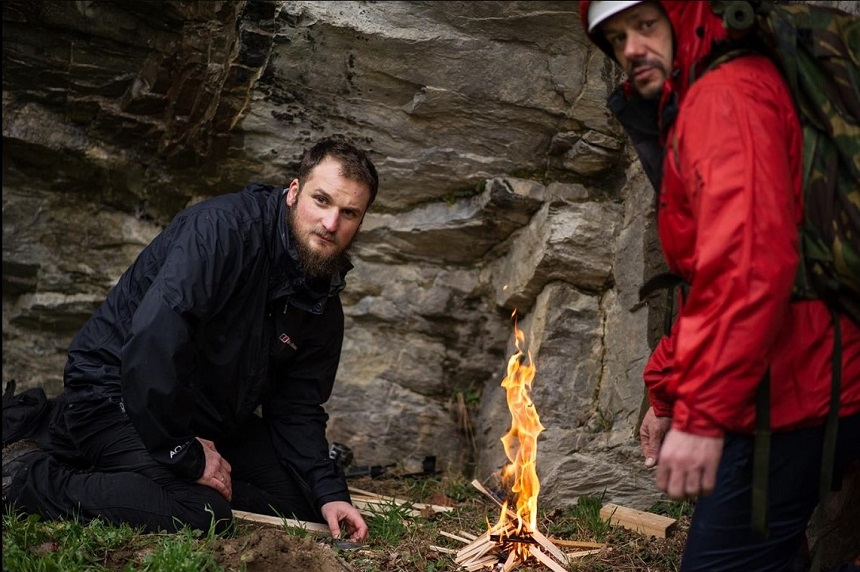 Vuur maken tijdens een survivalweekend in Banja Luka