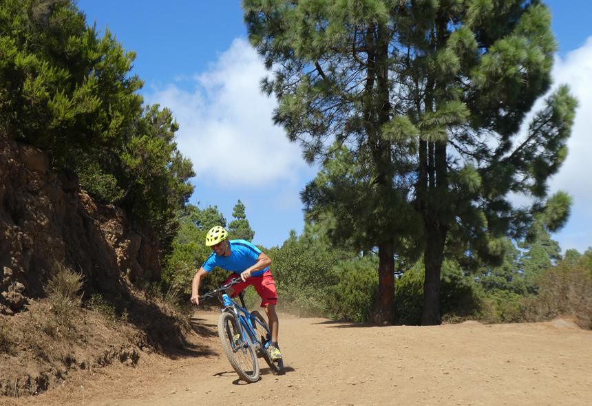 Mountainbiken in de pijnboombossen van Tenerife met onverwachte uitzichten