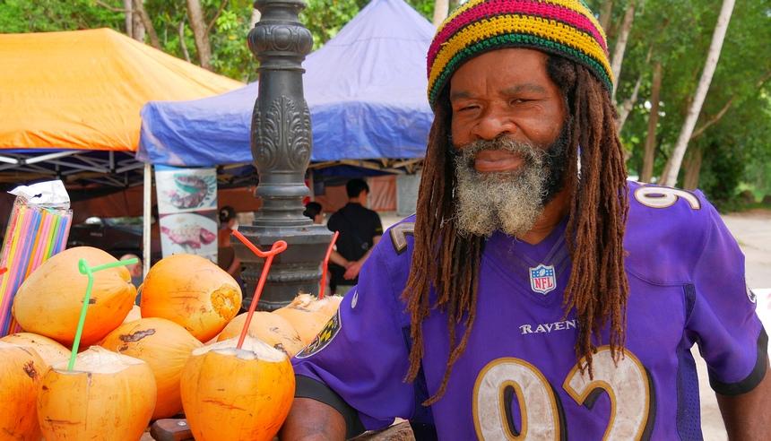 De verkoper van kokosnoten moet nog maar zien of hij 's avonds iets te eten heeft.