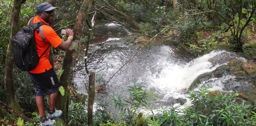 In de jungle van het eiland Mahé. Hier zie je geen toerist.