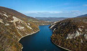 Uitzicht op de kronkelende Vrbas rivier