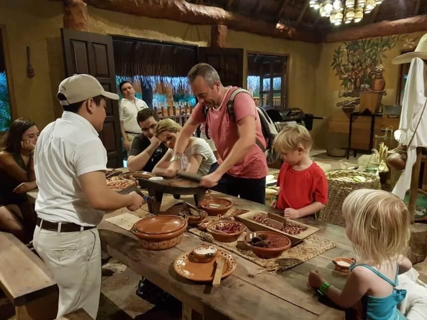 Workshop chocolade maken in Xcaret Mexico