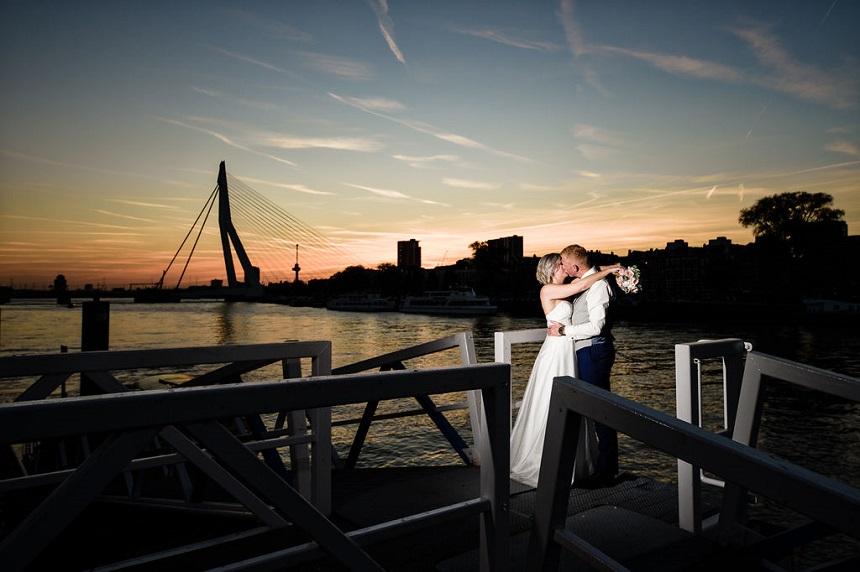 Bruidspaar tijdens een zonsondergang in Rotterdam