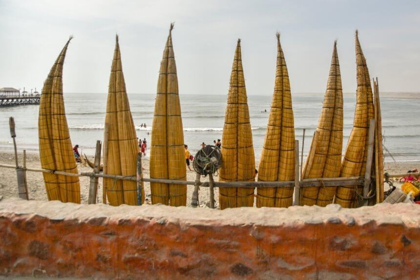 Inheemse boten genaamd caballito de totora worden nog steeds door de lokale vissers gebruikt