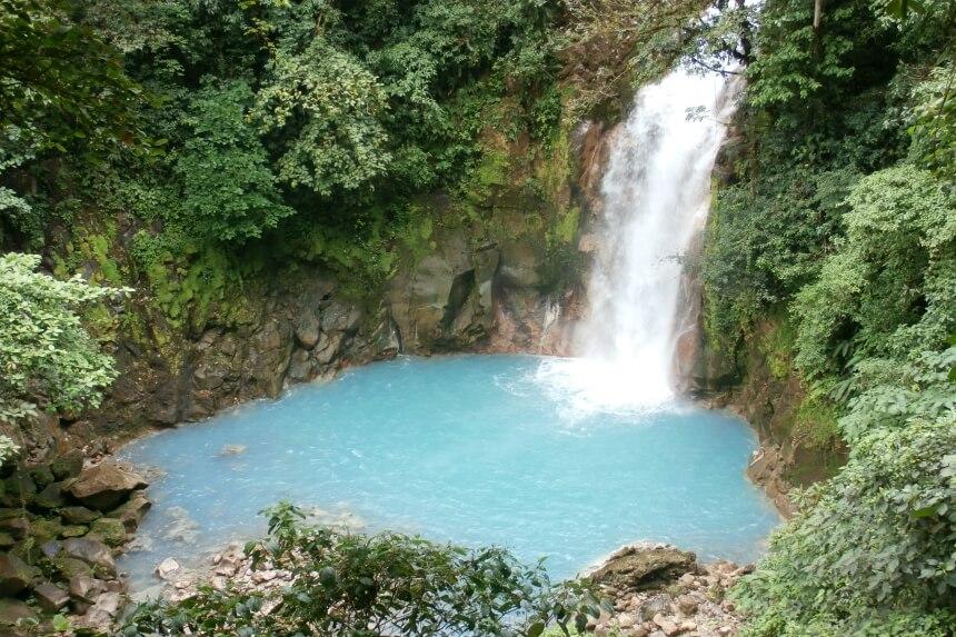 Costa Rica heeft prachtige watervallen. Bij sommige watervallen kun je ook zwemmen