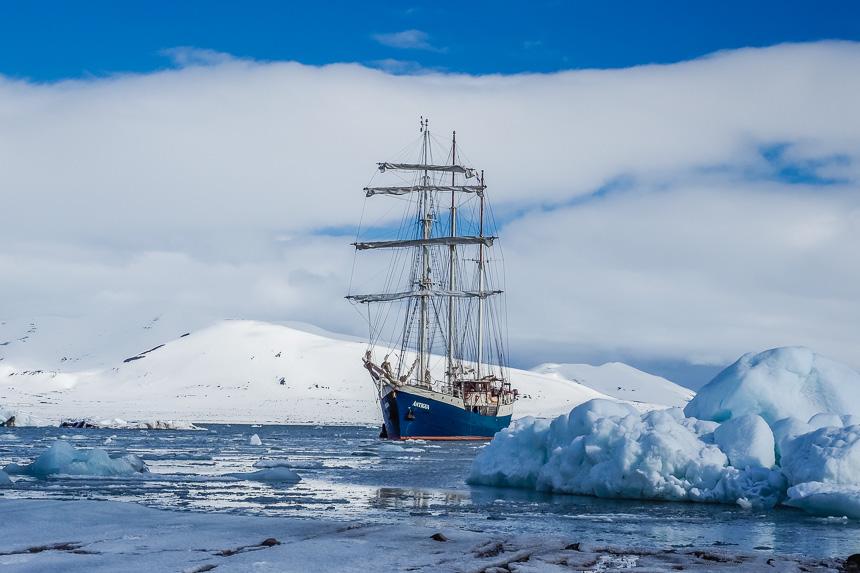 De Antigua tussen ijsschotsen bij Spitsbergen