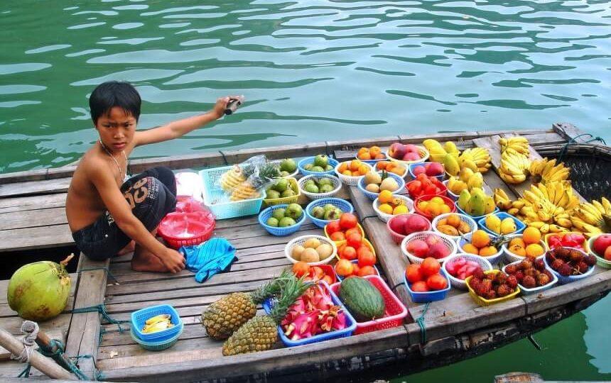 Fruitverkoper op een bootje in Halong Bay