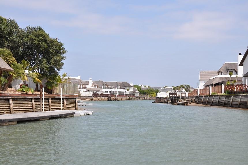 Vakantiehuizen aan de kanaalgrachten bij St. Francis Bay