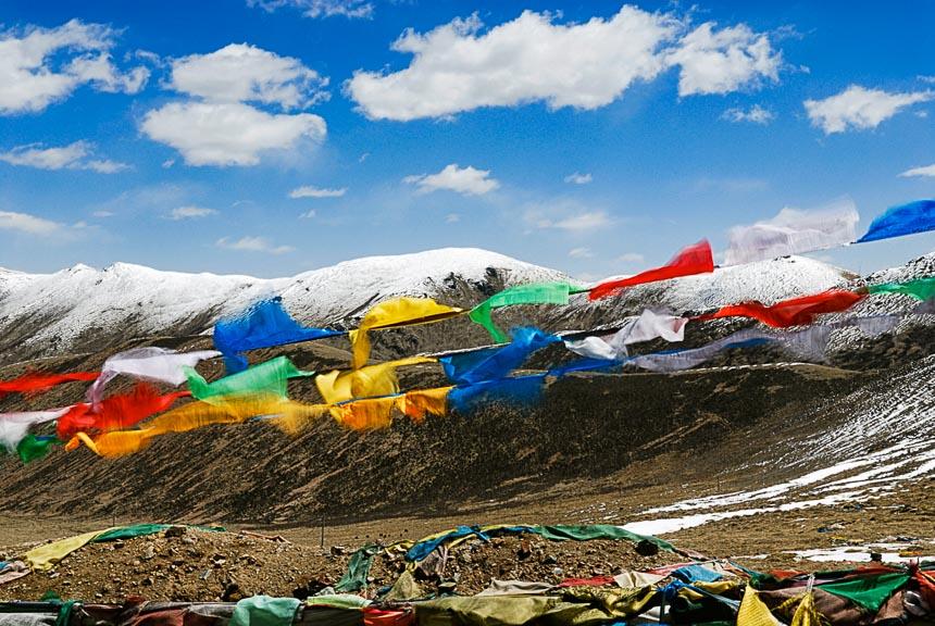 Gebedsvlaggen en weidse landschappen in Tibet