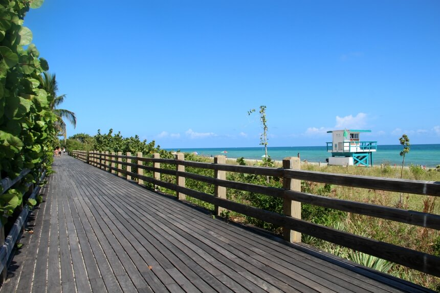 Miami beach boardwalk, een wandelpad langs het strand