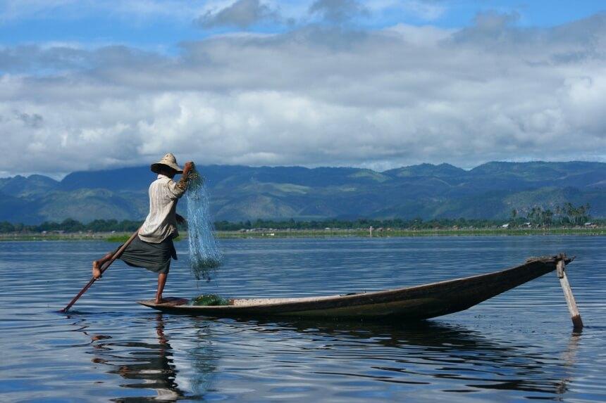 Beenroeier op Inle-Lake in Myanmar