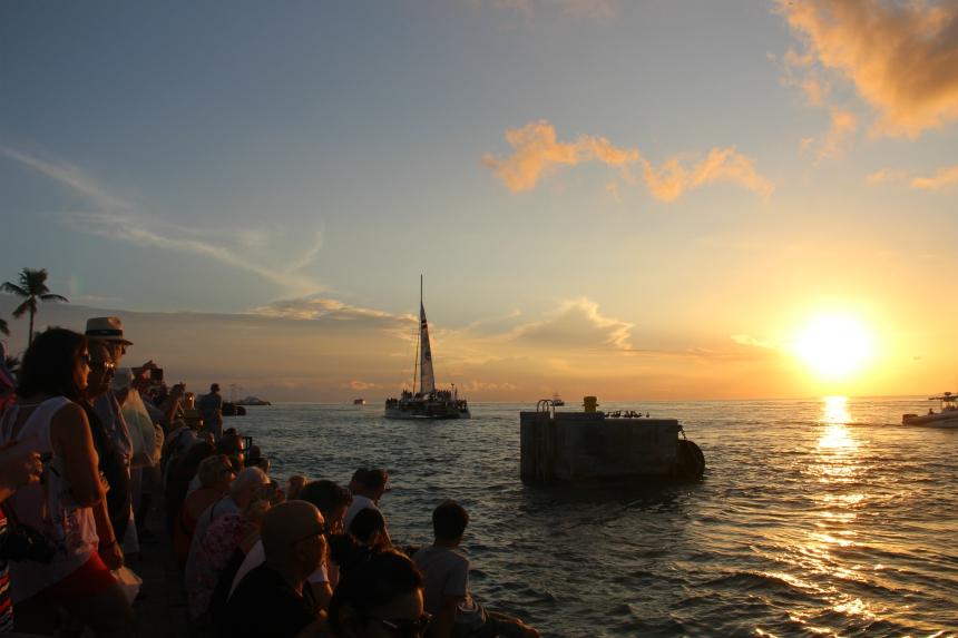 Tijdens de Sunset Celebration wordt dagelijks de zonsondergang gevierd
