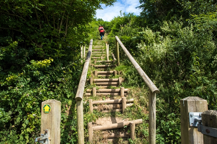 Klimmen over trapjes op het South West Coast Path