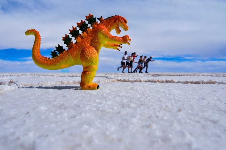 Dinosaurus op de Uyuni zoutvlakte in Bolivia
