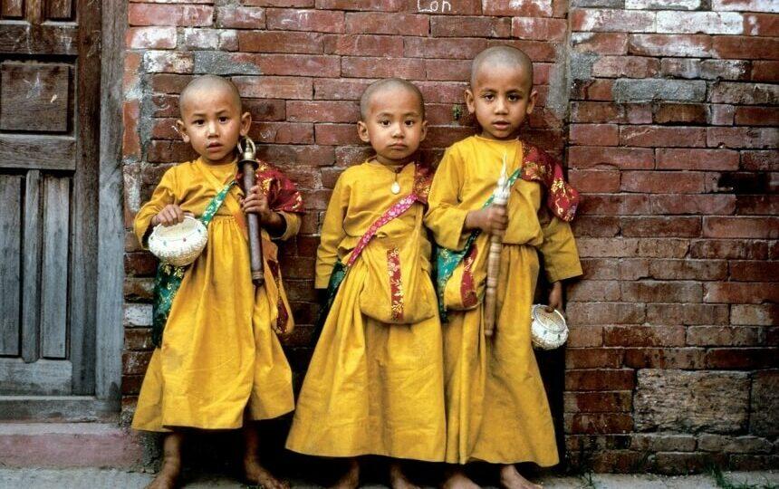 Kinderen in authentieke kleding in Nepal
