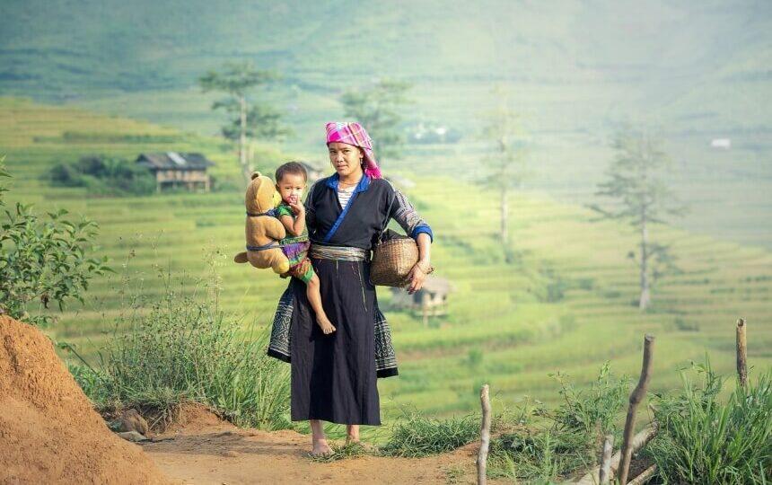 Moeder en kind op het platteland van Laos