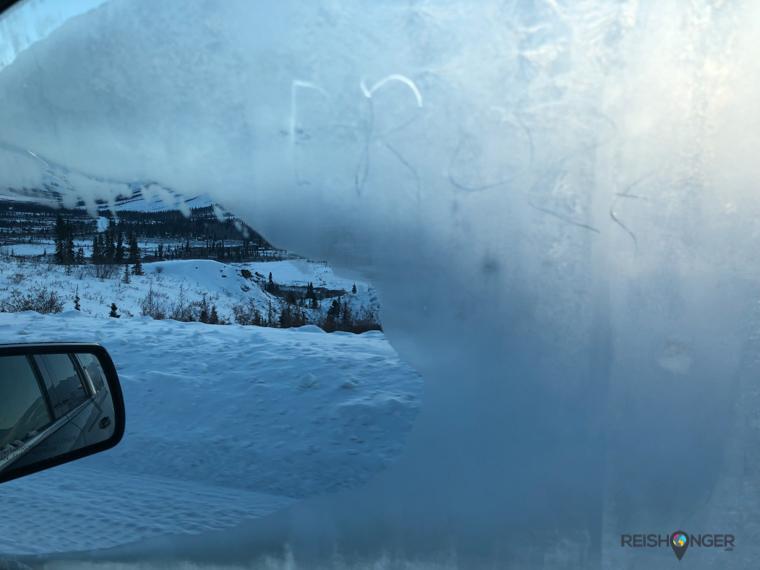 De zijruiten van de auto zijn half bevroren. De binnenzijde wel te verstaan.