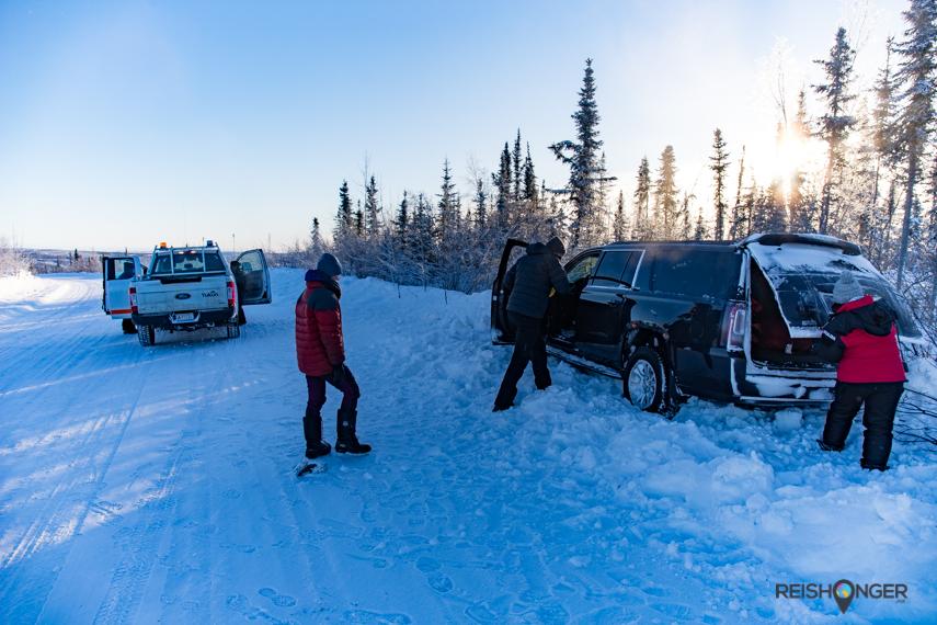 Geholpen door een witte Yukon Highway patrol pickup
