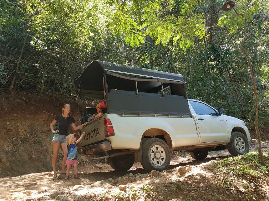 Vanaf de doorgaande weg eerst 15 minuten per jeep de berg af naar de vallei