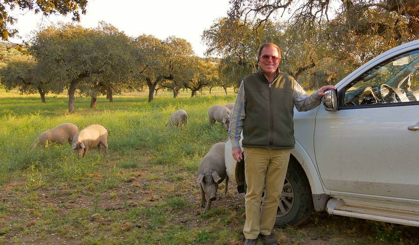 João Parreira neemt me mee op safari naar zijn varkens.