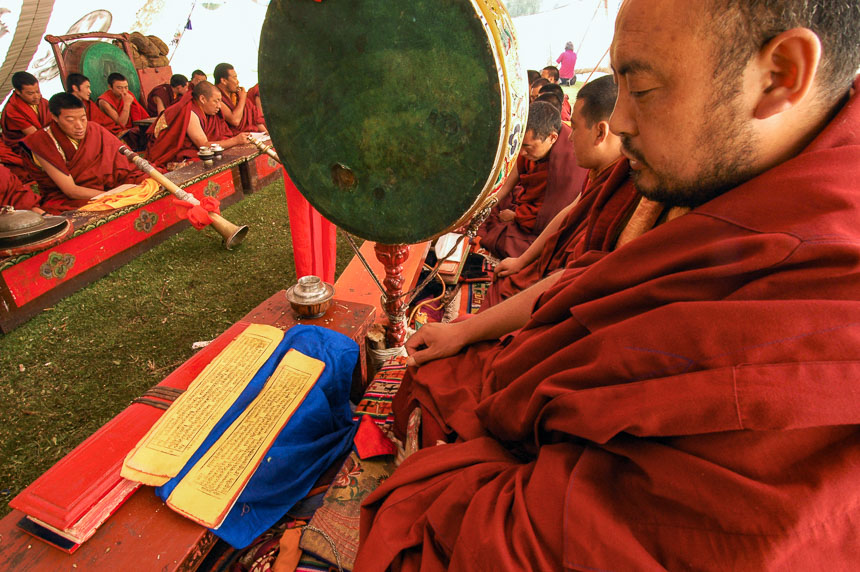 Ceremonie zonder toeristen, monniken in Dege