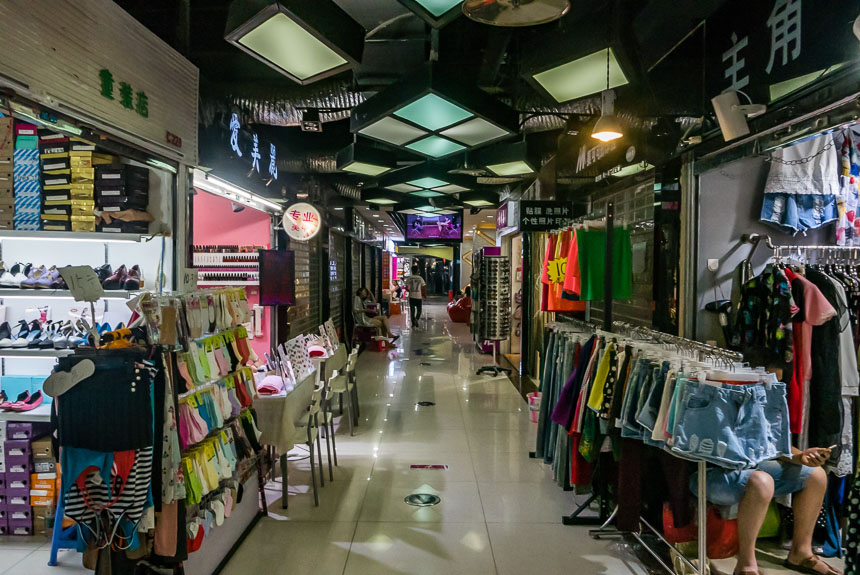 Winkeltjes in ondergronds gangenstelsel tegenover Tianfu square, Chengdu