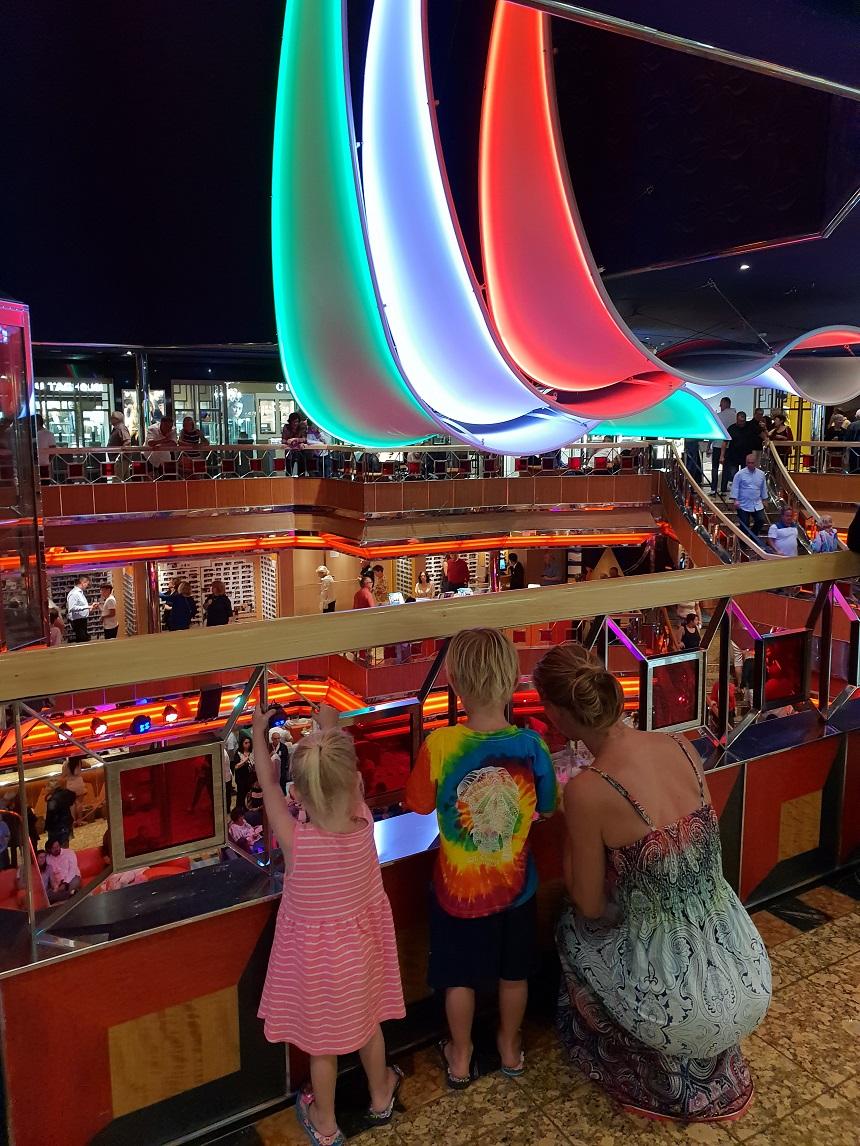 Het centrale Atrium van de Costa Fortuna krijg een compleet nieuwe look met drie grote zeilen met LED-verlichting in verschillende kleuren