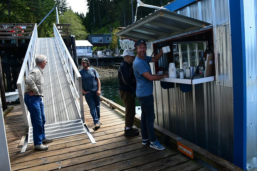 Kopje koffie halen op het Canadese eilandje Surge Narrows