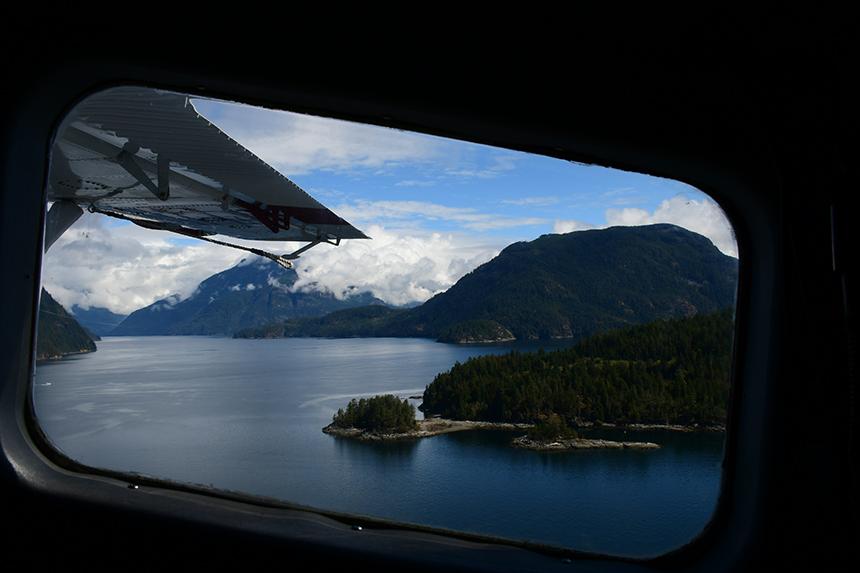 Uitzicht vanuit een postwatervliegtuigje van Corilair in Canada