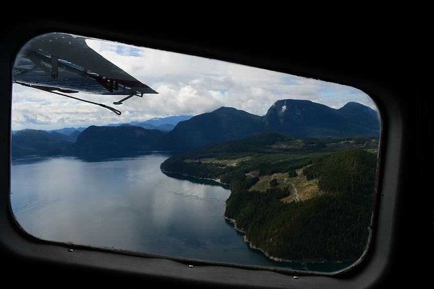 Uitzicht vanuit een postvliegtuigje van Corilair