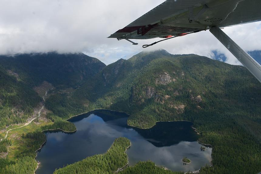Uitzicht vanuit een postwatervliegtuig op Vancouver Island