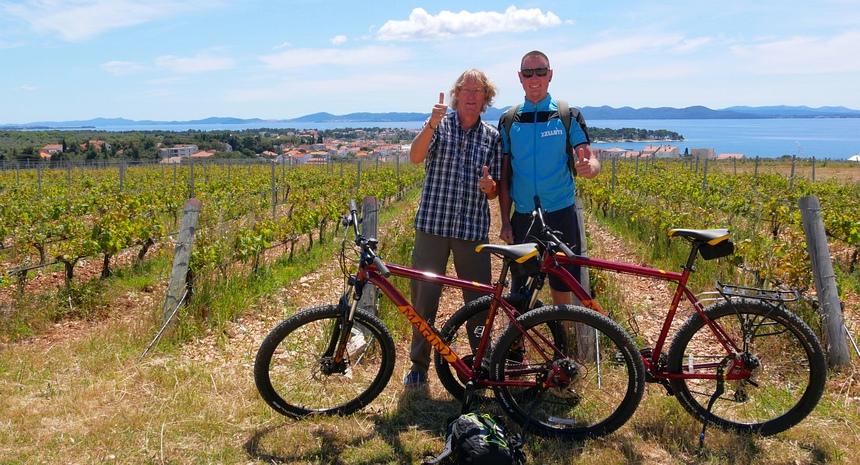Kroatië heeft een lange wijntraditie. Gids Dino stopt voor een wijnproeverij.
