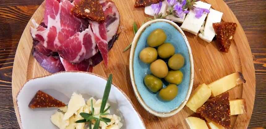 Bij wijn horen heerlijke hapjes Kroatië, zoals heerlijke ham en lokale kazen.