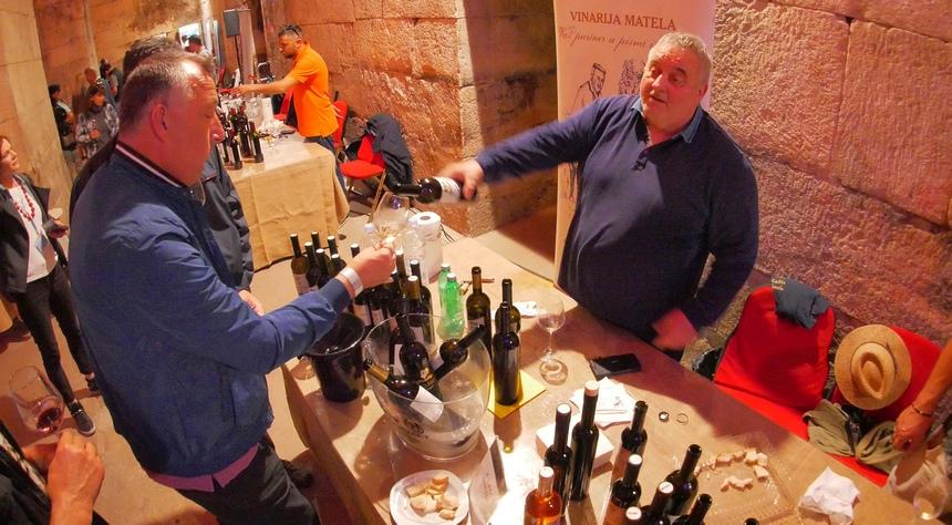 Wijnproeverij in de kelders van het paleis van Diocletianus.