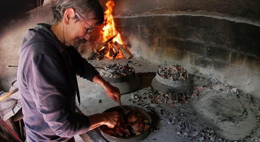 Op het erf van Konoba Kokot wordt 'peka' bereid, specialiteit in Kroatië.