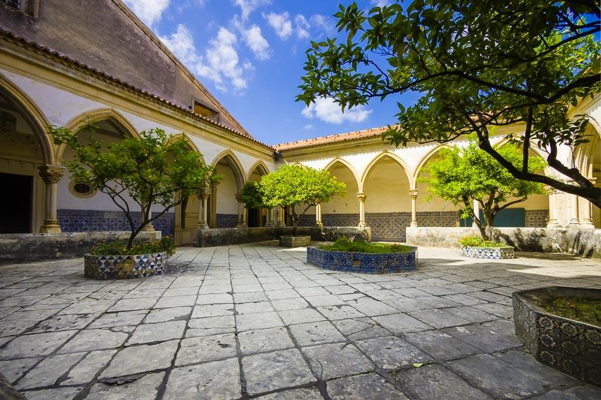 Zonovergoten binnen plaats en wandelgangen met portugese tegels