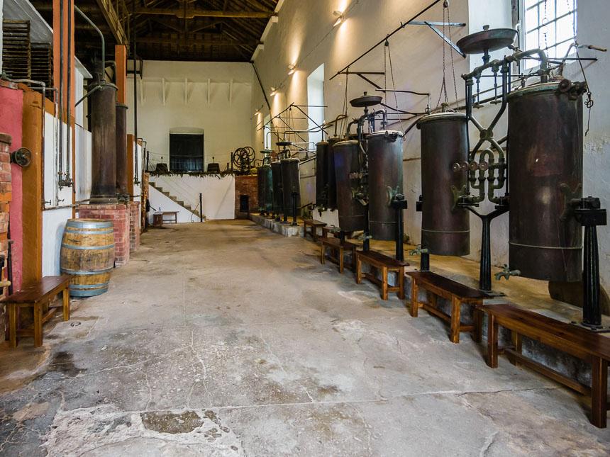 De oude destilleerketels