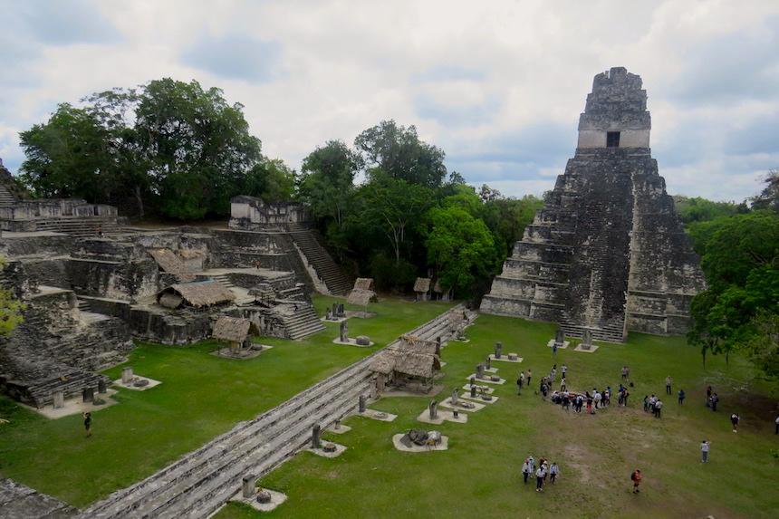 Tikal - Grand Plaza tussen de twee grote tempels