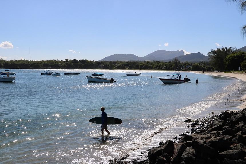 Publiek strand met surfers in Tamarin