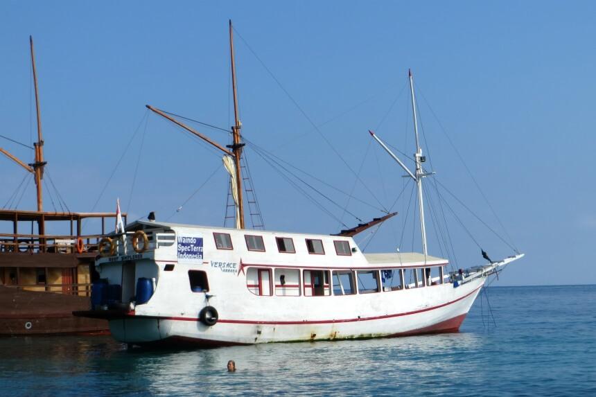 Wilbert van Haneghem overleefde een bootramp in Indonesie met de boot op de foto, de Versace Amara. Hij schreef er een boek over: Schipbreuk in het paradijs