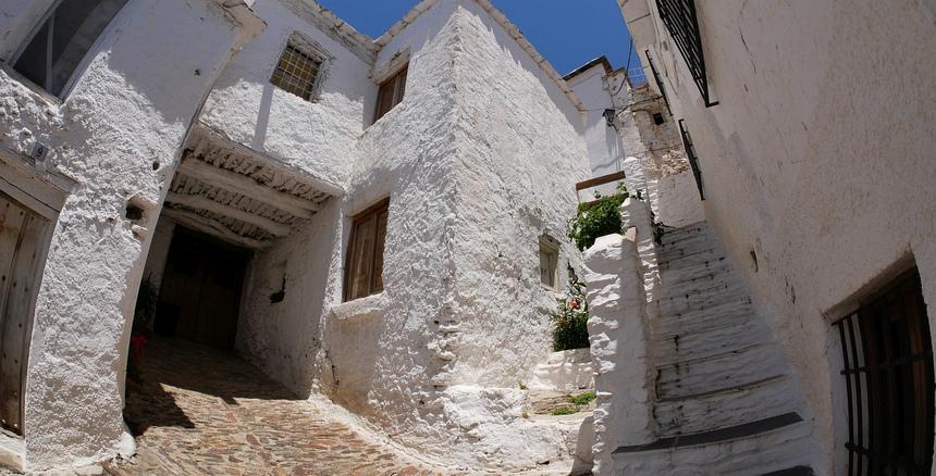 Witte huizen in Capileira, tegen de hitte in de zomer.