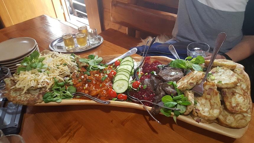 De sfeer van het Tatrasgebergte leeft in de koliba's, gezellige berghutten waar traditioneel eten wordt geserveerd