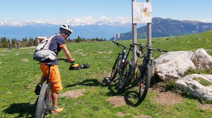 Met een goede gids kom je overal. In de verte: de Mont Blanc.